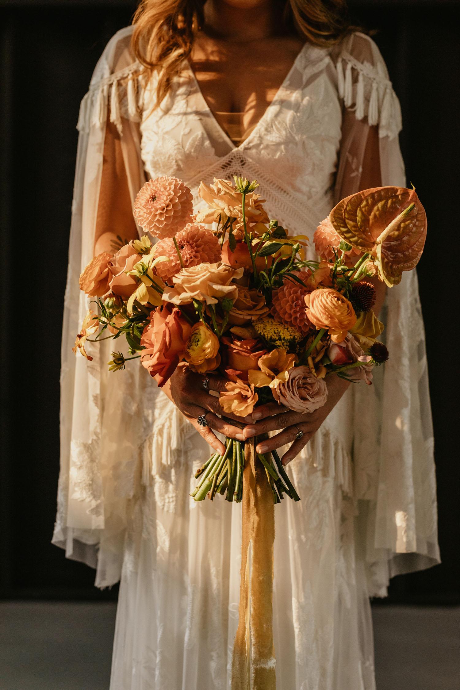 Bohemian bruid met trouwjurk met korte mouwen