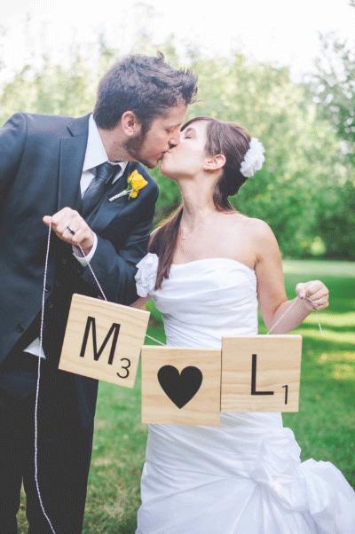 Bruidspaar met grote scrabble letters