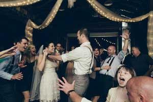 Bruidspaar aan het dansen op de muziek