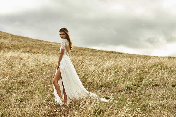 Bruid met trouwjurk met een split