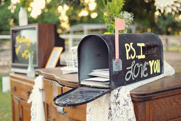 Enveloppenkistje in de vorm van een brievenbus