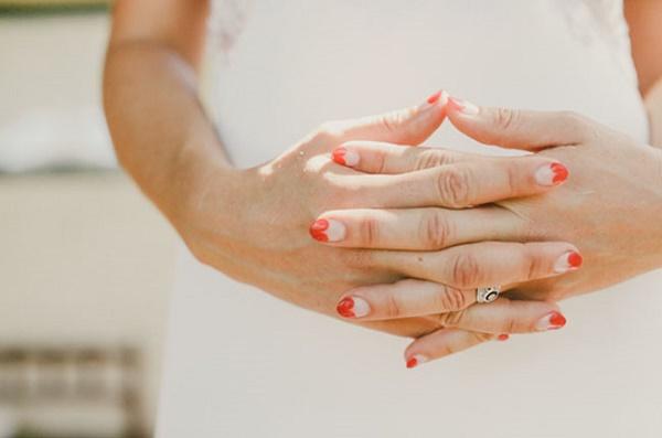 Bruid met rode hartjes nagels