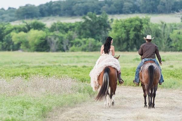 Bruid en bruidegom op paarden
