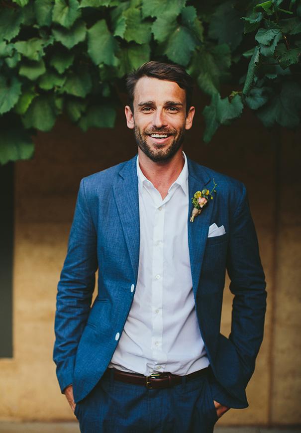 Bruidegom in blauw trouwkostuum
