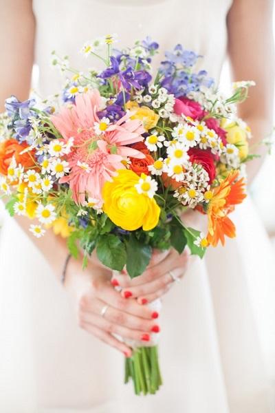 Bruid met felgekleurd bruidsboeket