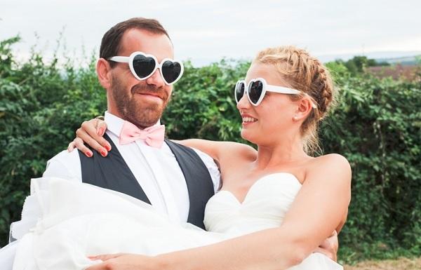 Bruidspaar met hartjes zonnebrillen