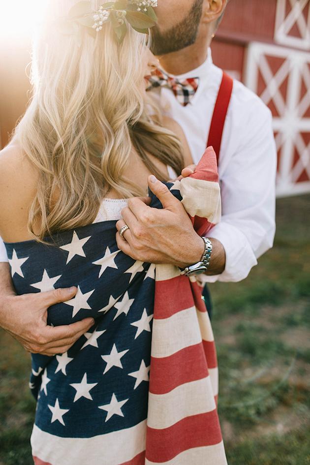 Bruidspaar met Amerikaanse vlag op hun bruiloft