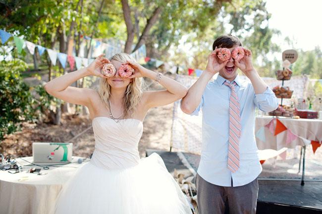 Bruid en bruidegom met donuts voor hun ogen
