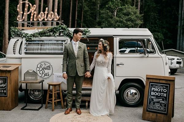 Bruidspaar voor Volkswagenbusje photobooth