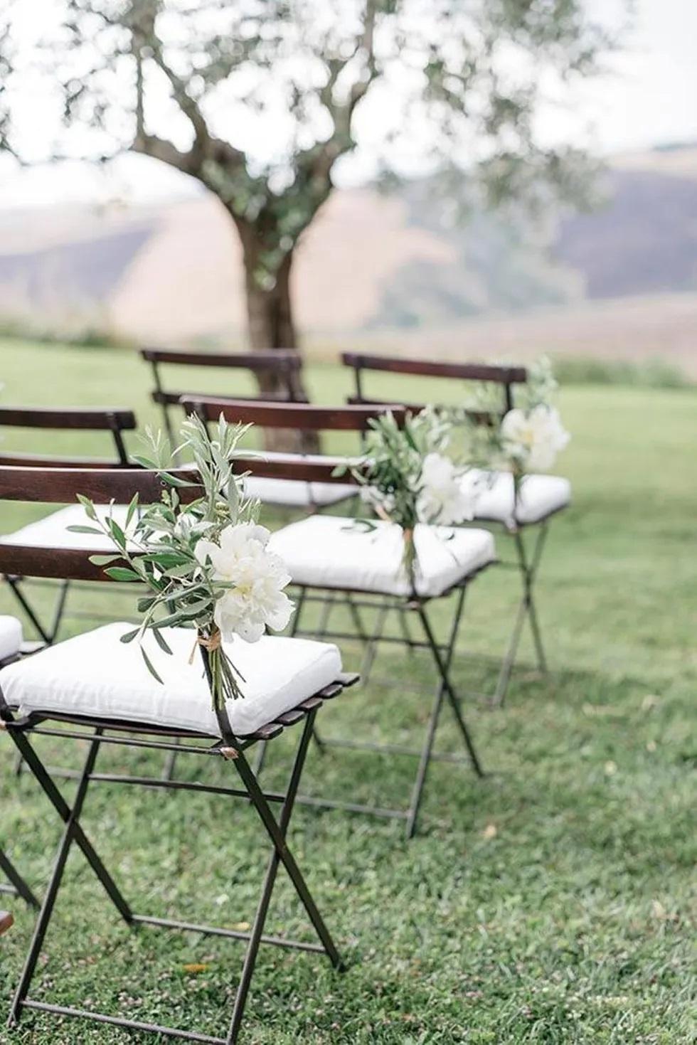 Versiering voor de stoelen bij de ceremonie
