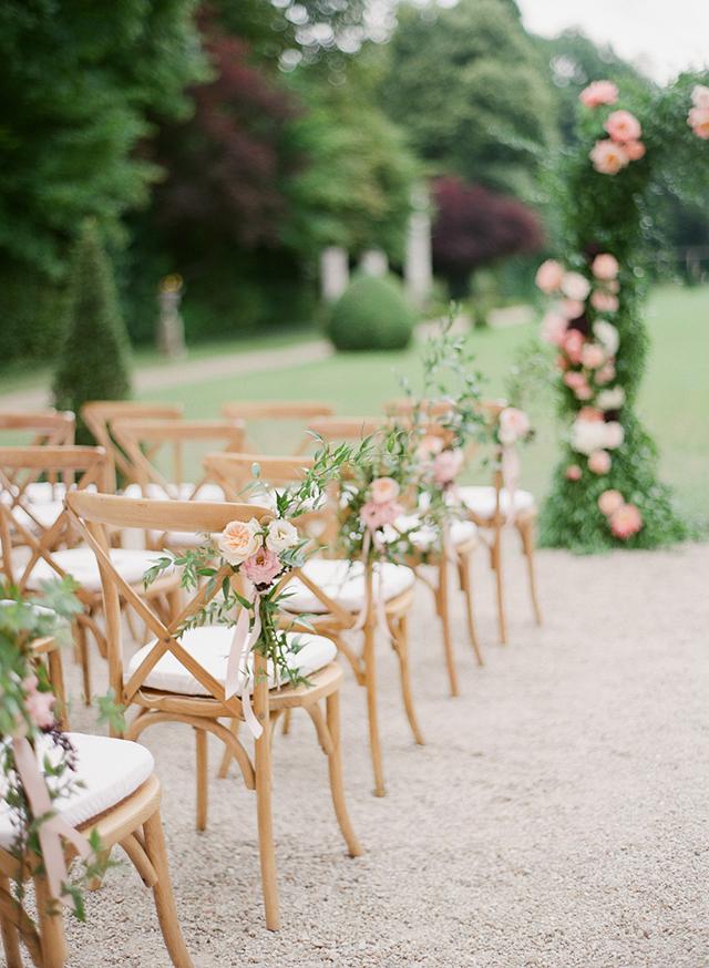 Versiering van de stoelen bij de ceremonie