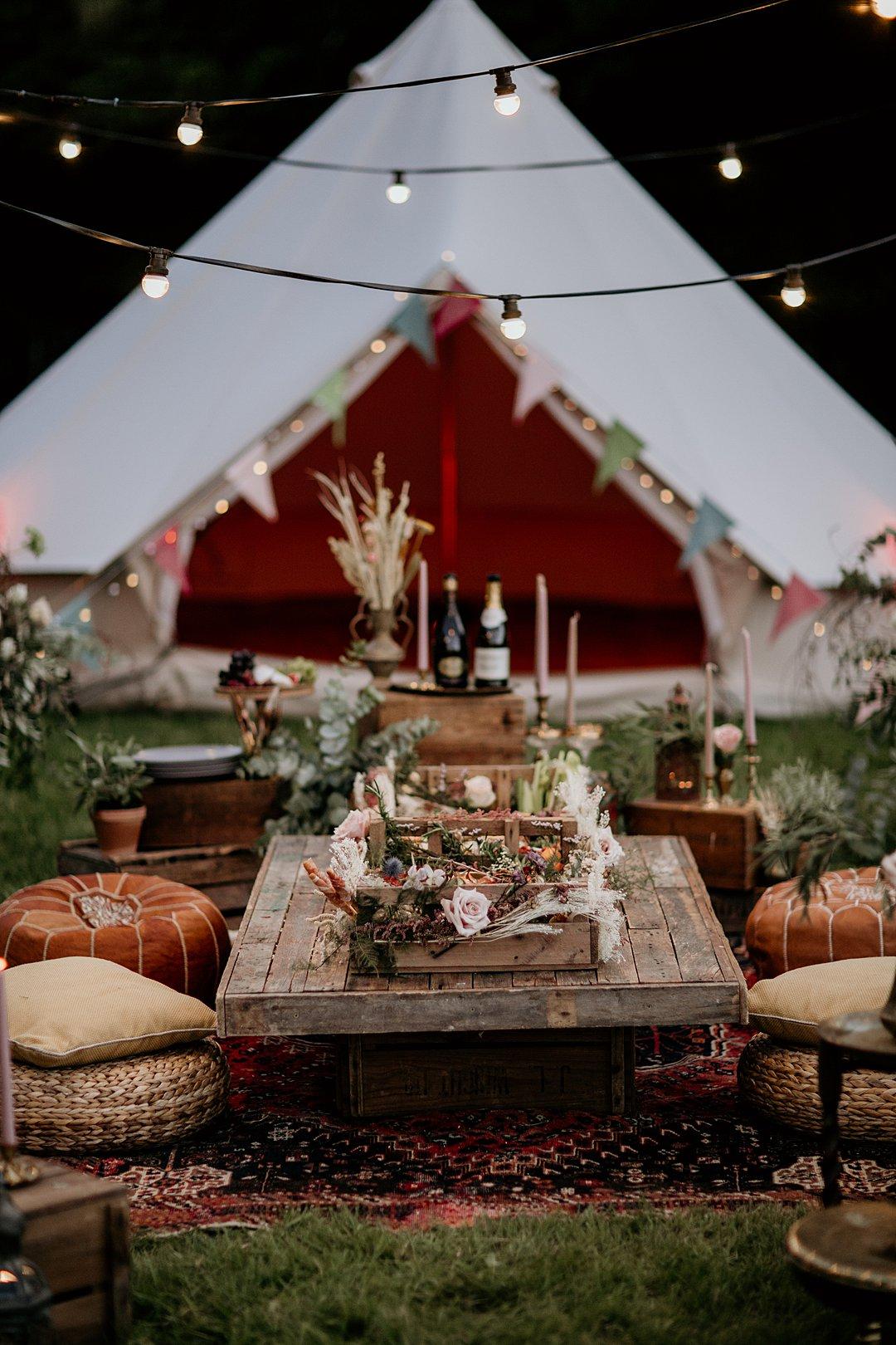 Glamping bruiloft tent met lichtjes
