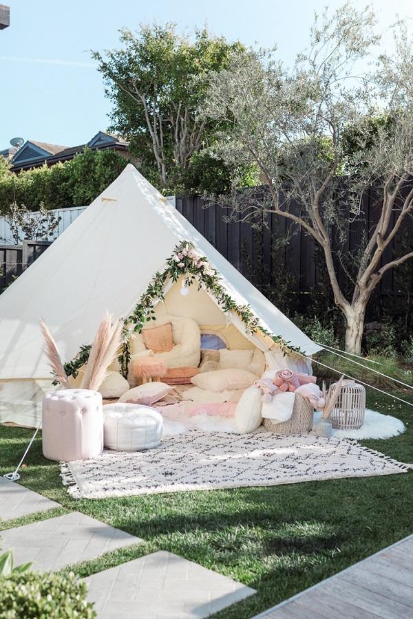 Wit met roze tent