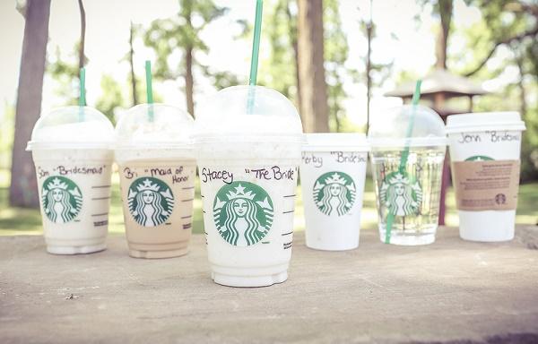 Koffiebekers met namen er op