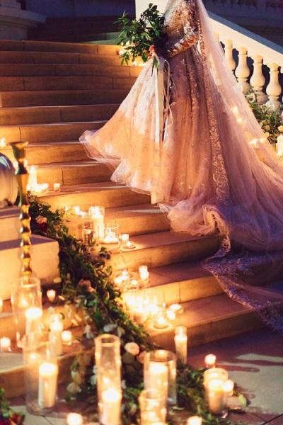 Bruid op de trap met lichtjes