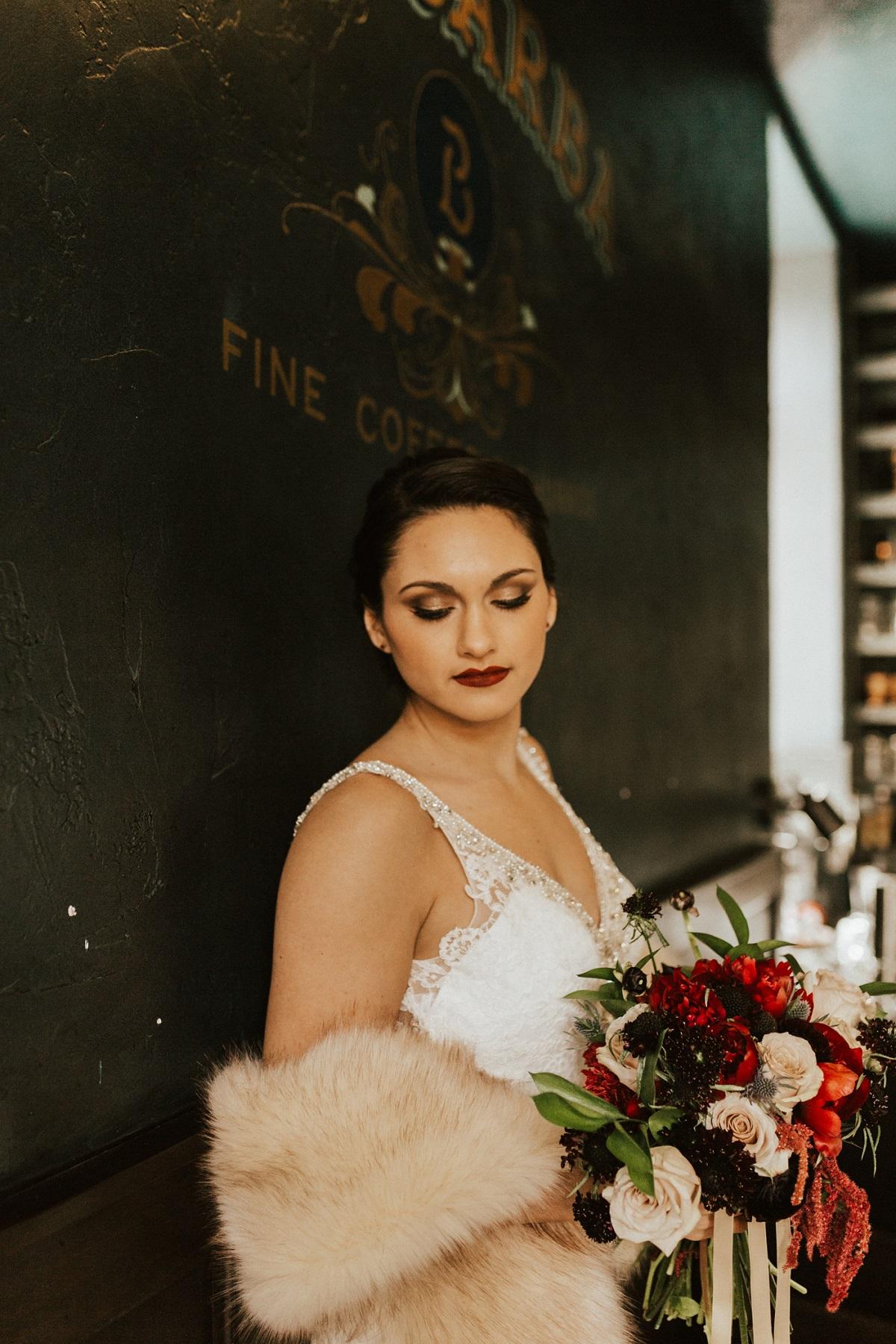 Bruid met bontjasje over haar trouwjurk