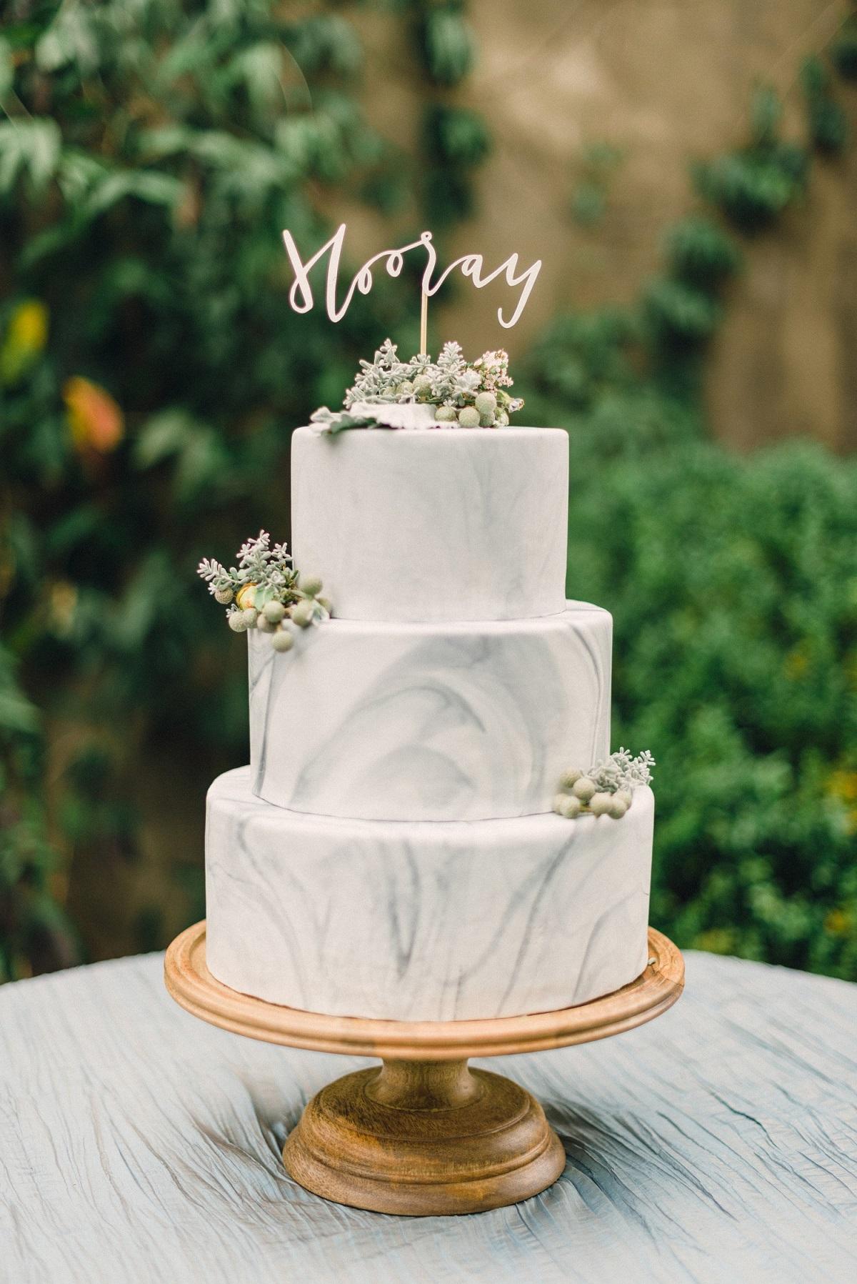 Marmerlook bruidstaart met taarttopper
