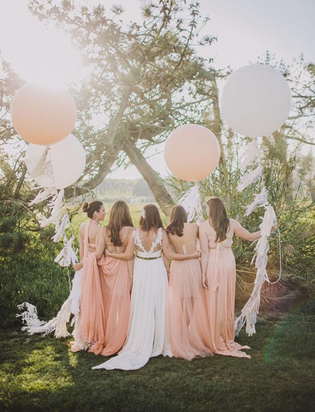 Bruidsmeisjes met bruiloft ballonnen