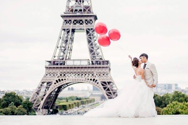 Bruidspaar Eiffeltoren Parijs