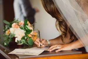 Ondertekenen huwelijksakte met bijzondere pen