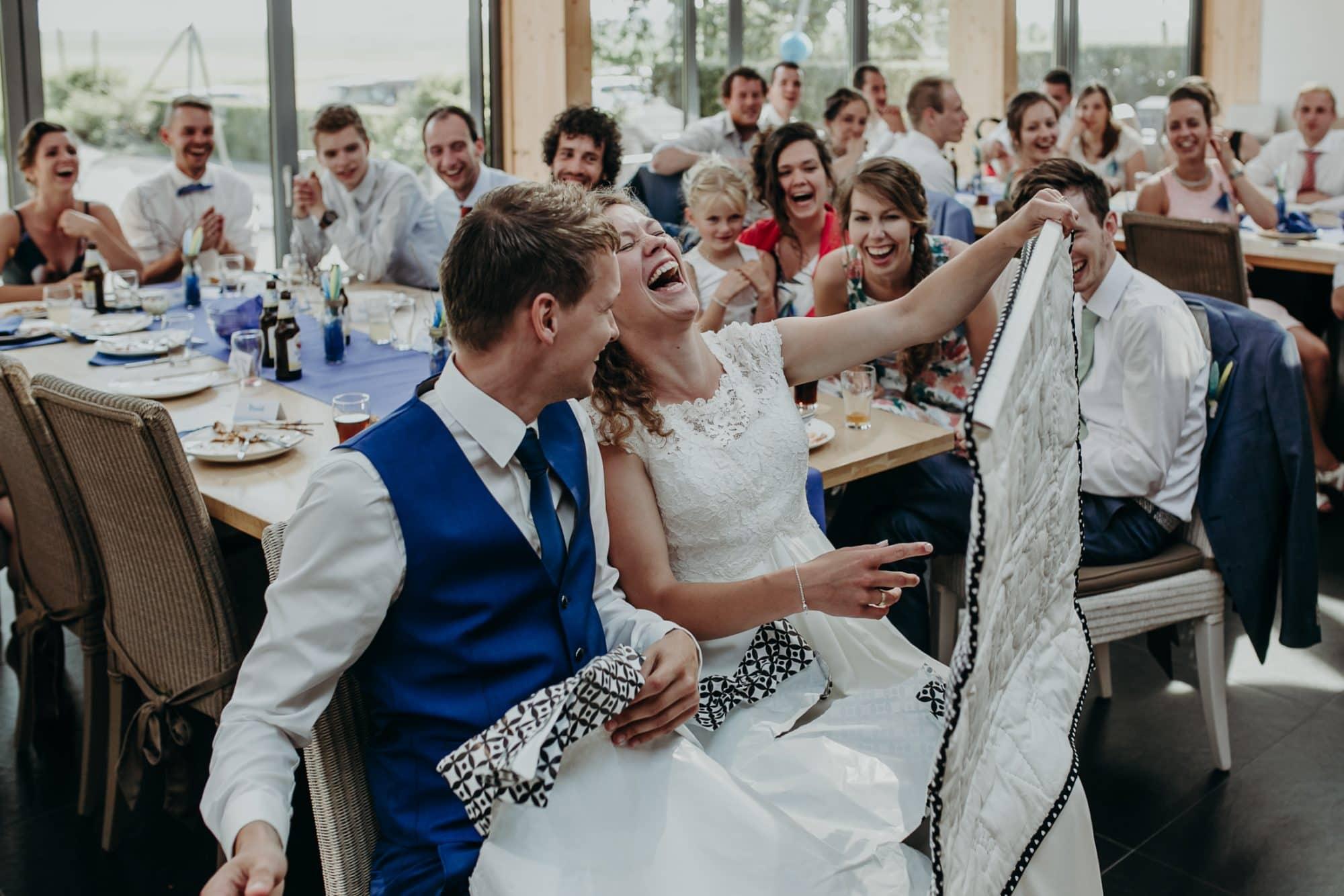 Bruidspaar pakt huwelijkscadeau uit