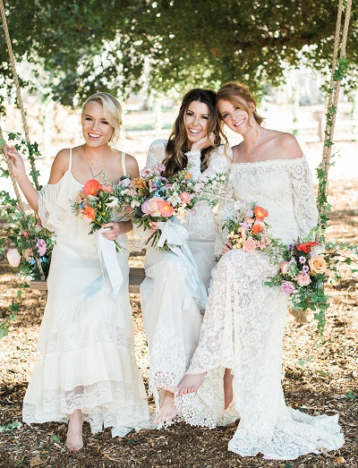 Bruid met bruidsmeisjes op schommel