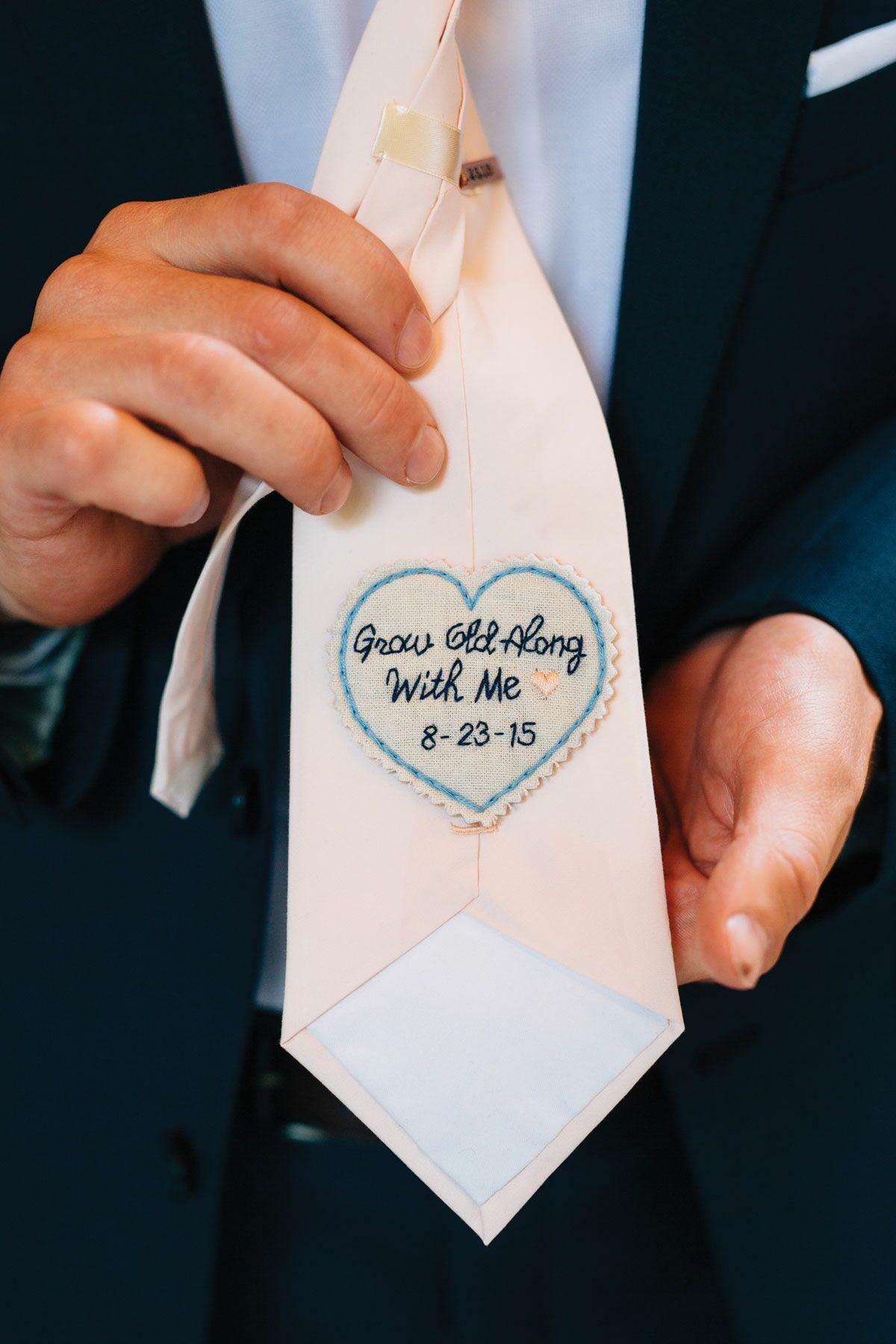 Boodschap in stropdas als verrassing voor bruidegom