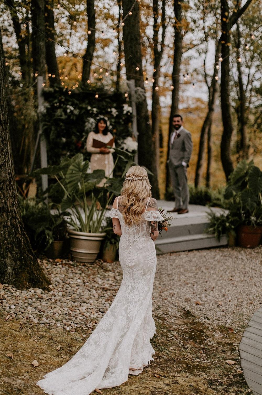 Bruid loopt in haar eentje naar het altaar