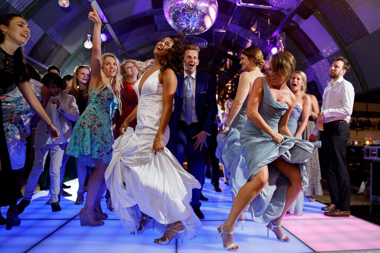 Dansend bruidspaar op de muziek