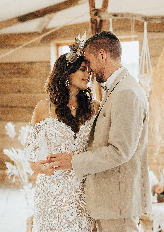 Bruidspaar op strand bruiloft