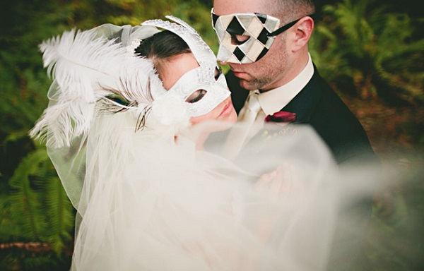 Bruidspaar met Venetiaanse maskers