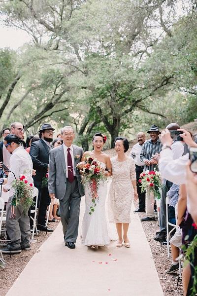 Bruid wordt weggegeven door beide ouders