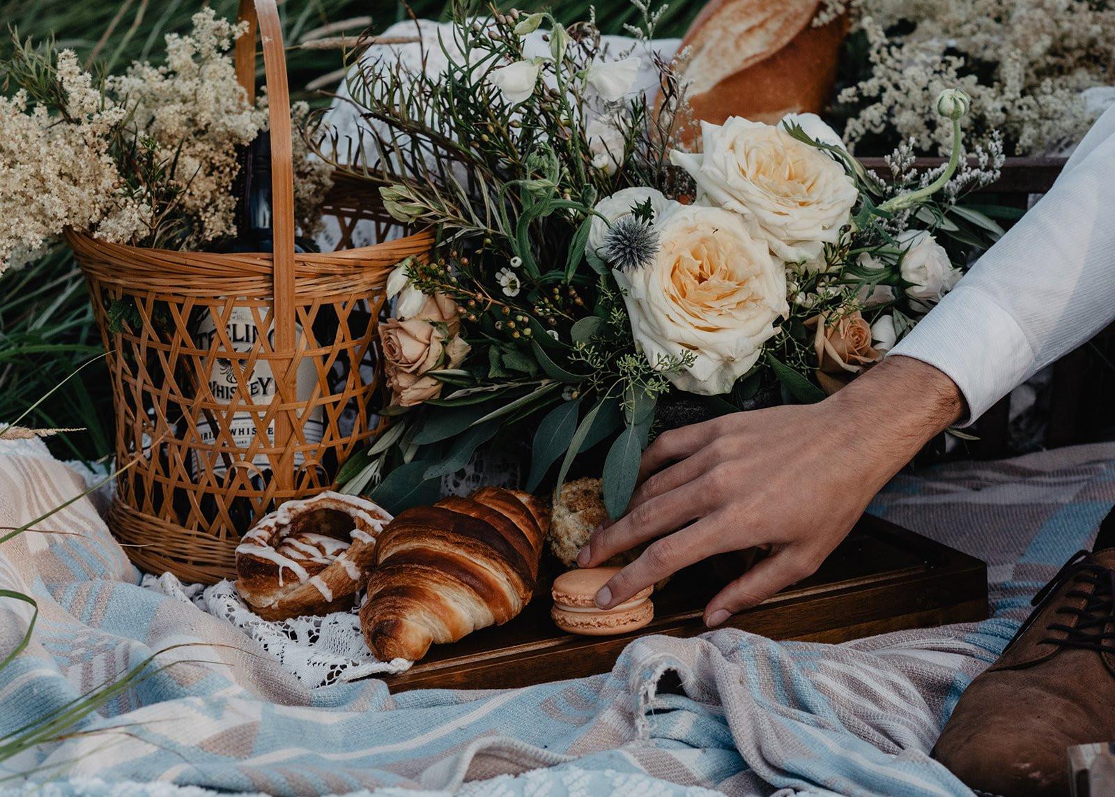 Bruidspaar bij picknickmand