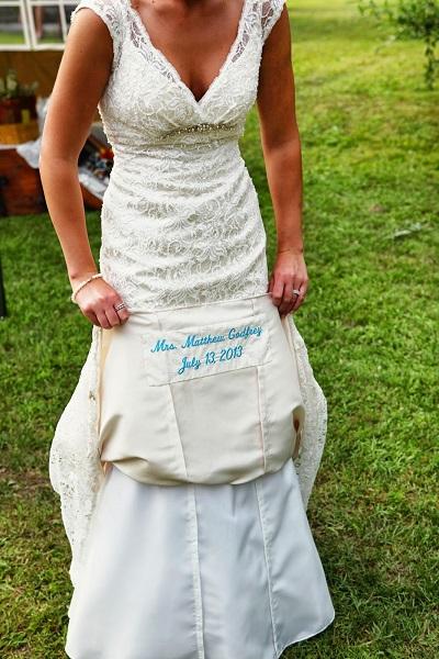 Bruid met something blue in haar jurk