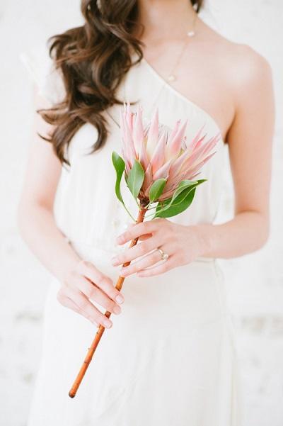 Bruid met roze bloem