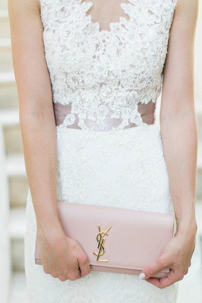 Bruid met roze YSL clutch