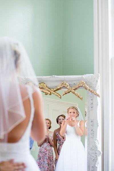 Bruid kijkt in de spiegel
