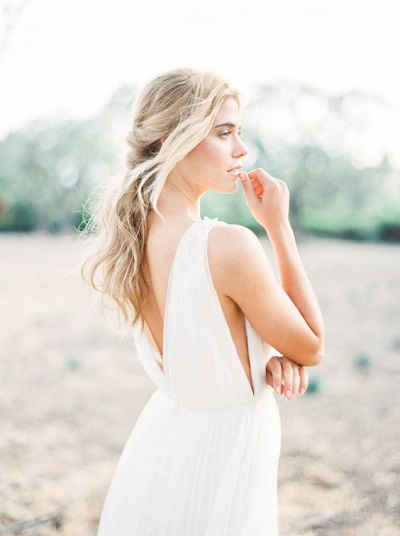Bruid met mouwloze trouwjurk