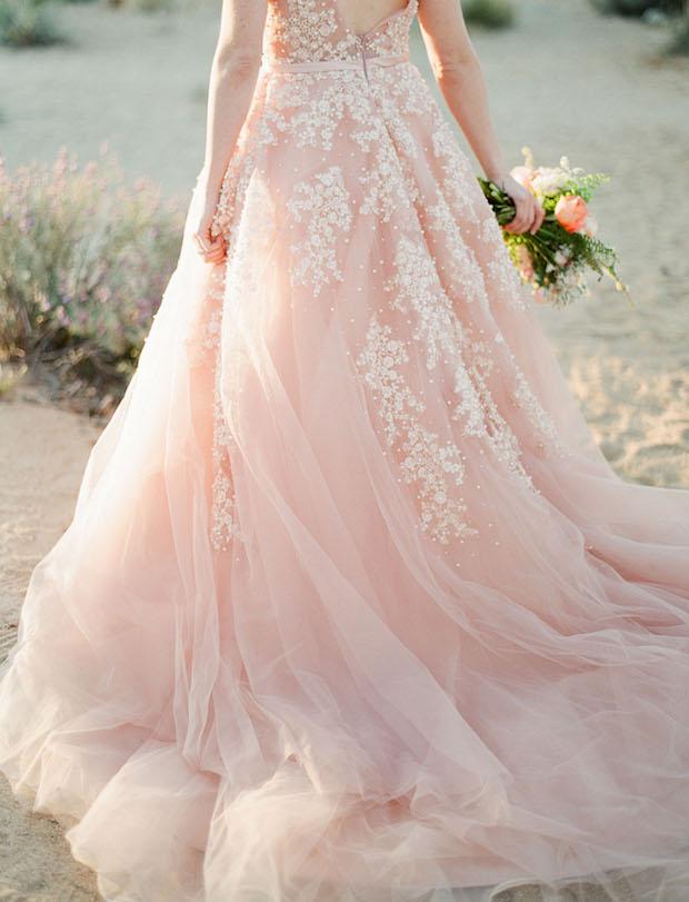 Bruid in roze trouwjurk