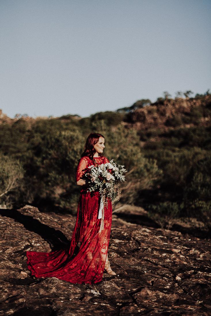 Bruid in rode bruidsjurk
