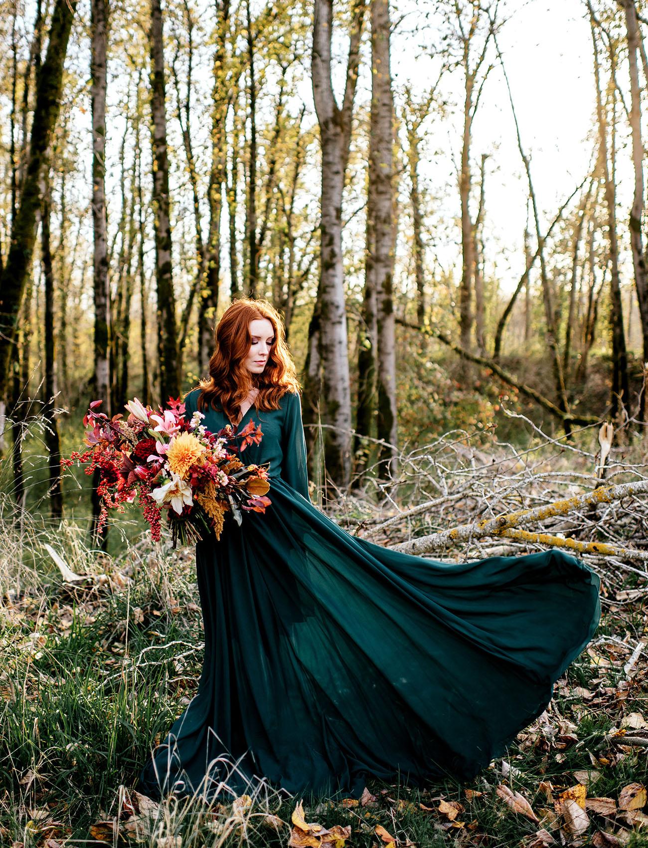Bruid in gekleurde trouwjurk