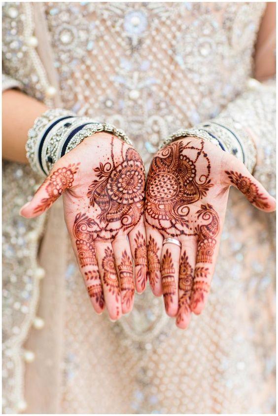 Hennafeest met henna op de handen van de bruid