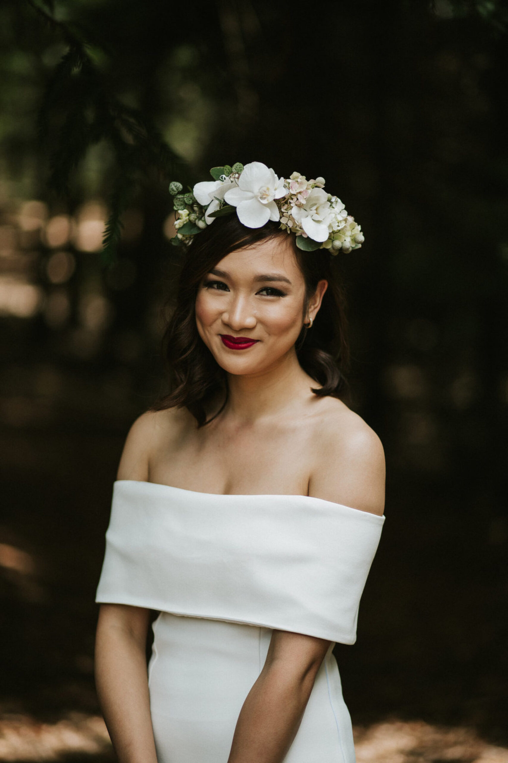 Bruid met moderne witte bruidsjurk
