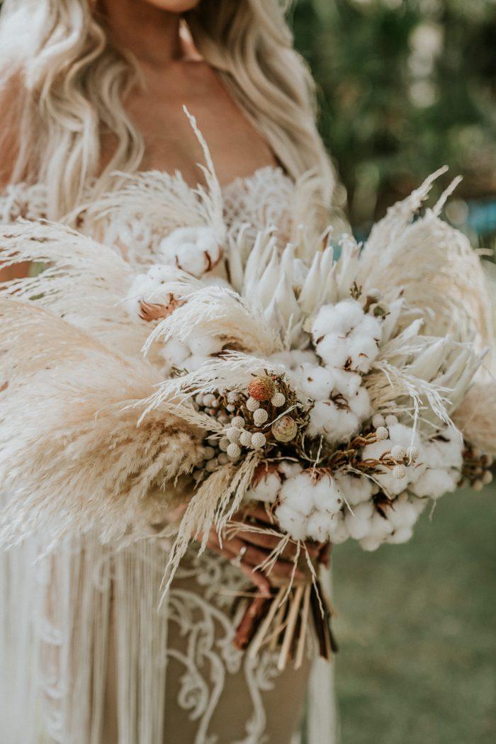 Bruid met gedroogde bloemen in bruidsboeket