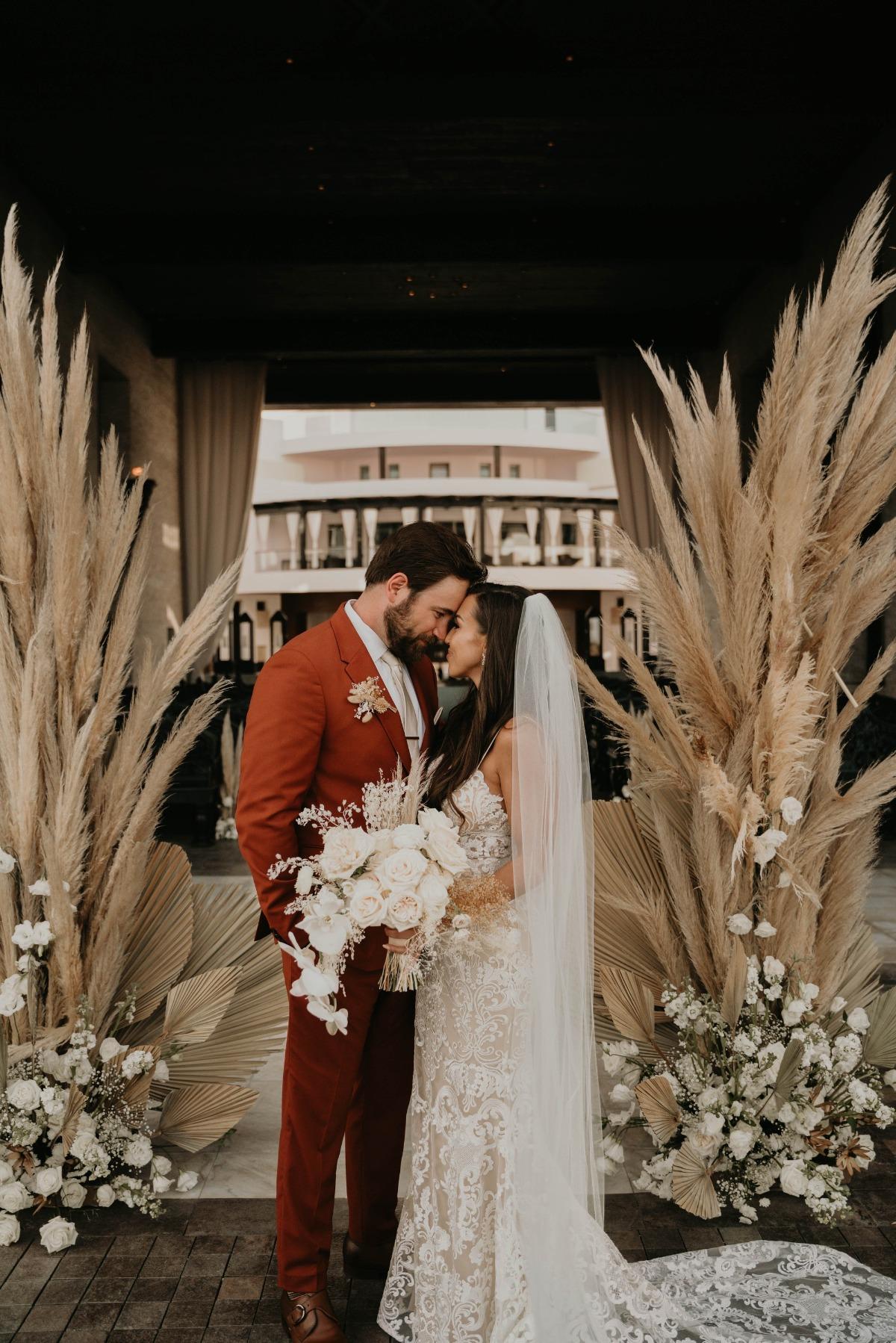Bruidspaar met pampasgras als bohemian decoratie