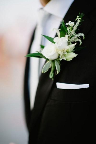 Witte corsage bruidegom