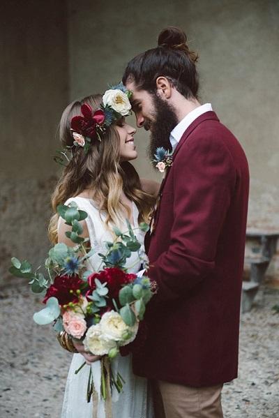 Bruidegom met rood pak