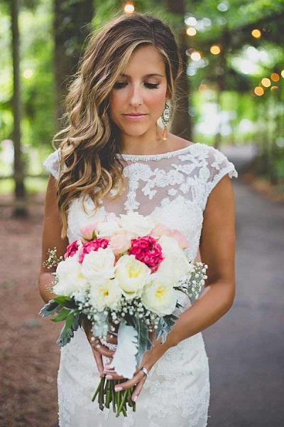 Gekleurde oorbellen bruid