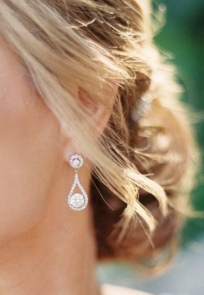 Bruid met zilveren oorbellen