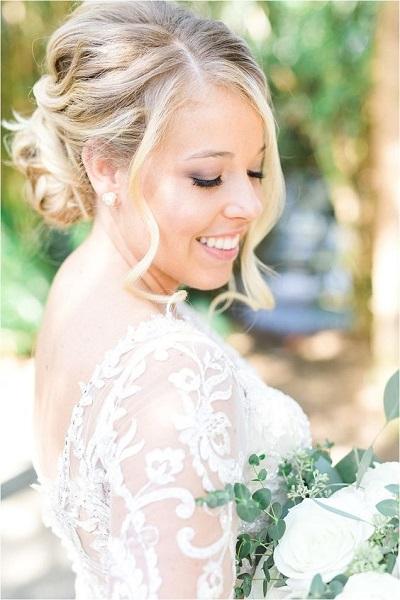 Bruid met knopjes als oorbellen